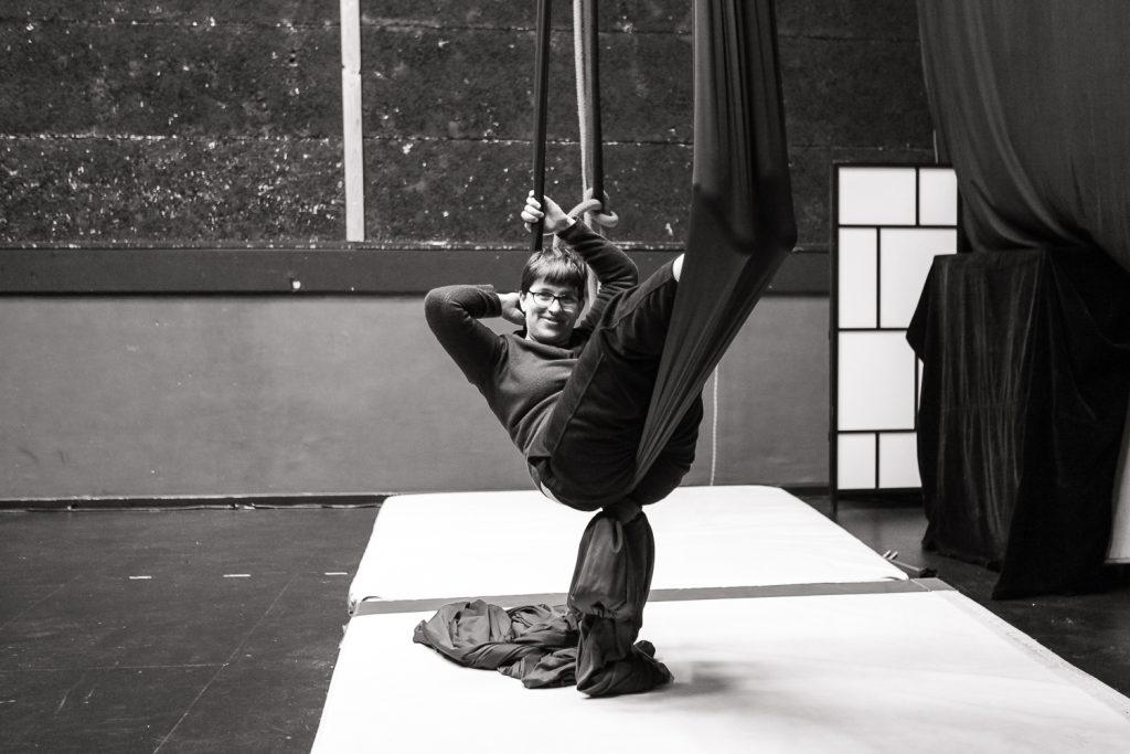 une résidente s'exerce au foulard en activité cirque