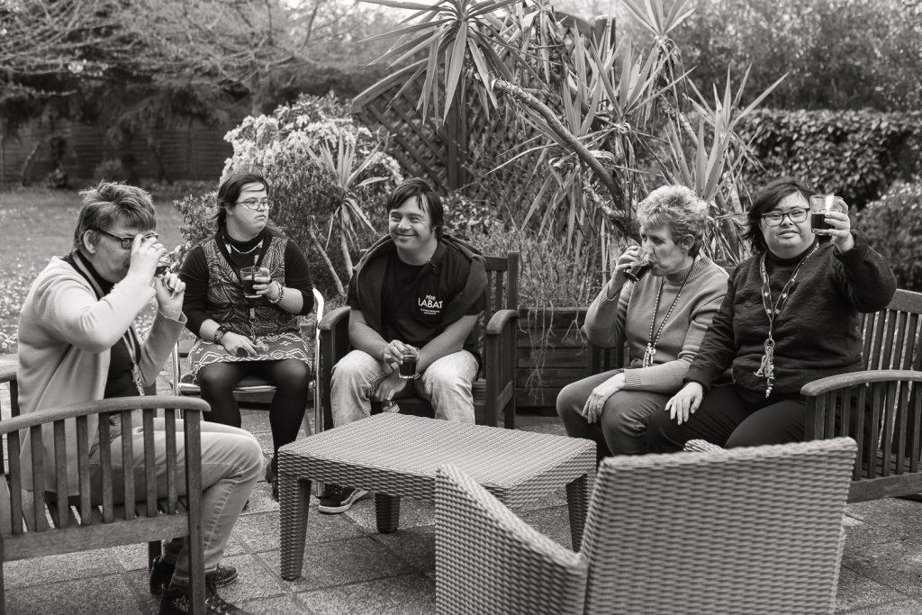 Des résidents prennent un café dans le jardin
